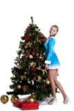 La giovane ragazza di natale decora l'albero di abete di nuovo anno Fotografie Stock Libere da Diritti