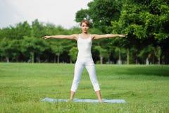 La giovane ragazza di sport fa l'yoga Immagine Stock