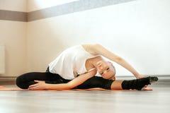 La giovane ragazza esile fa l'allenamento nella palestra Il concetto degli sport, Immagine Stock