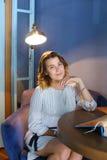 La giovane ragazza femminile attraente adulta esamina la macchina fotografica ed i sorrisi, h Fotografia Stock Libera da Diritti