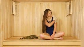 La giovane ragazza graziosa prende la terapia della stazione termale stock footage
