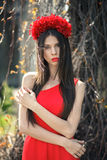 La giovane ragazza graziosa sta posando con i fiori Fotografie Stock