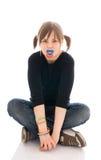 La giovane ragazza in modo divertente con un fittizio isolata Fotografia Stock