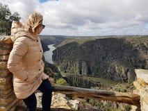 La giovane ragazza riccia bionda esamina il bello paesaggio Fotografia Stock