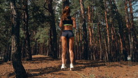 La giovane ragazza sexy con le belle natiche elastiche e del piede fa il salto archivi video