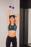 La giovane ragazza sexy di atletica che fa le teste di legno preme gli esercizi La forma fisica muscled la donna nell'allenamento Fotografie Stock Libere da Diritti