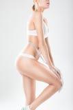 La giovane ragazza sexy senza celluliti si è impegnata nella misura del thei Immagine Stock