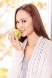 La giovane ragazza sorridente si accinge a mangia la mela fotografia stock