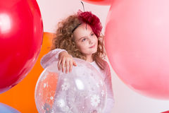 La giovane ragazza teenager in un cappello ed il bianco si vestono su un fondo di larg Fotografia Stock