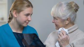 La giovane rappresentazione di medico ha invecchiato i raggi x del cervello della donna e buone notizie dire circa salute video d archivio