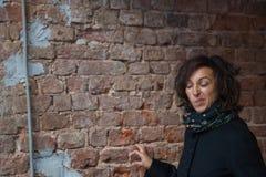 La giovane signora che fa i fronti divertenti nel tunnel fotografia stock libera da diritti