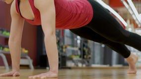 La giovane signora sta preparando il suo corpo esile durante la classe di yoga, movimento lento stock footage
