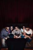 La giovane società in vetri 3d guarda la TV, vista superiore Fotografia Stock
