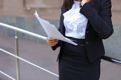 La giovane studentessa asiatica della femmina adulta tiene nei documenti o delle mani Fotografia Stock