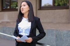 La giovane studentessa asiatica della femmina adulta tiene nei documenti o delle mani Fotografie Stock