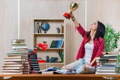 La giovane studentessa che prepara per gli esami della scuola dell'istituto universitario Fotografia Stock