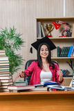 La giovane studentessa che prepara per gli esami della scuola dell'istituto universitario Immagine Stock Libera da Diritti