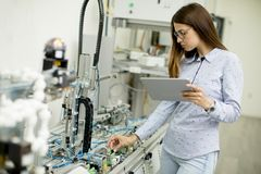 La giovane studentessa di robotica sta in un laboratorio Immagine Stock Libera da Diritti