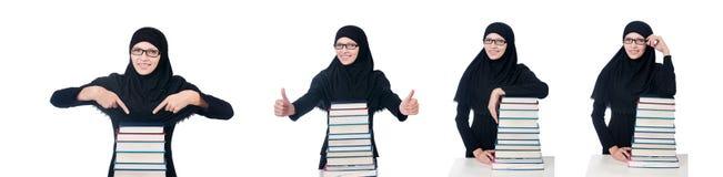 La giovane studentessa musulmana con i libri Immagine Stock
