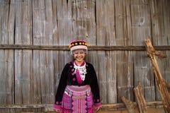 La giovane tribù della collina ottiene lanciante e sorridente quando sguardo alla macchina fotografica Fotografie Stock Libere da Diritti
