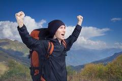 La giovane viandante che grida fuori sulla cima con le sue mani si ? alzata, vista laterale immagini stock libere da diritti