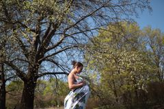 La giovani camminata, funzionamento della donna incinta del viaggiatore, girando intorno e godono del suo tempo libero di svago i fotografia stock libera da diritti