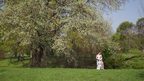 La giovani camminata, funzionamento della donna incinta del viaggiatore, girando intorno e godono del suo tempo libero di svago i video d archivio