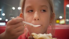 La giovani madre e figlia mangiano il gelato in un caffè Buone relazioni del genitore e del bambino Momenti felici insieme famigl archivi video