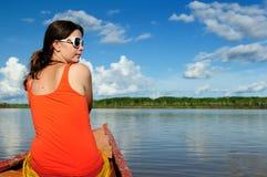 La giungla amazzoniana esplora in barca dal turista Fotografia Stock