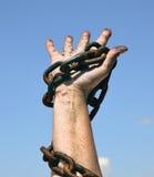 La giusta mano femminile tiene una catena arrugginita Fotografia Stock Libera da Diritti