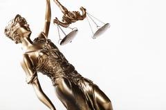 La giustizia ha bendato gli occhi le scale della tenuta di signora e la statua della spada fotografia stock libera da diritti