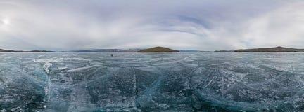 la glace bleue du panorama 360 du lac Baïkal a couvert de fissures, nuageuses Photographie stock libre de droits
