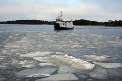 La glace cassée et Kivimo transportent en bac, la Finlande Photographie stock
