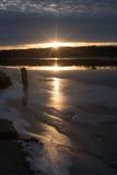 La glace a couvert le lac au coucher du soleil Images libres de droits