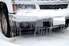 La glace a couvert le pare-chocs de voiture images stock