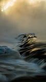 La glace dégèle en rivière rugueuse Photographie stock