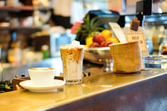 La glace de Latte et le Latte chauds sont prêts à servi, café image stock