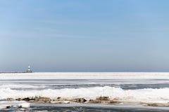 La glace de mer en hiver avec le phare Images libres de droits