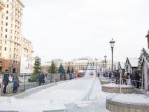 La glace glisse sur la place de Manezh à Moscou Photos libres de droits