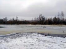 La glace sur la rivière congelée image stock