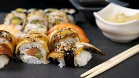 La glissière de chariot a tiré des petits pains de sushi délicieux et sains banque de vidéos