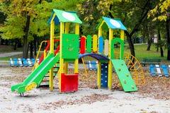 La glissière des enfants au parc Image libre de droits