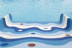 La glissière des enfants dans le parc aquatique de piscine, vue d'en haut Image libre de droits