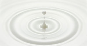 La goccia del latte ha creato l'ondulazione Immagini Stock Libere da Diritti