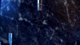 La goccia dell'acqua cade da un rubinetto di acqua archivi video