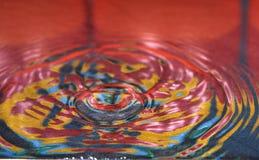 La goccia dell'acqua o del liquido ha creato fotografia stock libera da diritti