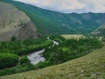 La gola con il fiume fra le alte montagne Fotografia Stock Libera da Diritti