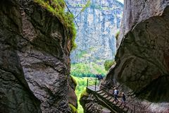 La gola ed i turisti in Trummelbach cade in Lauterbrunnen Bern Switzerland Fotografie Stock