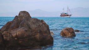 La goletta sola è ancorata nel porto calmo del mar Mediterraneo video d archivio