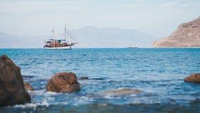 La goletta turistica d'annata sola è ancorata nel porto calmo archivi video